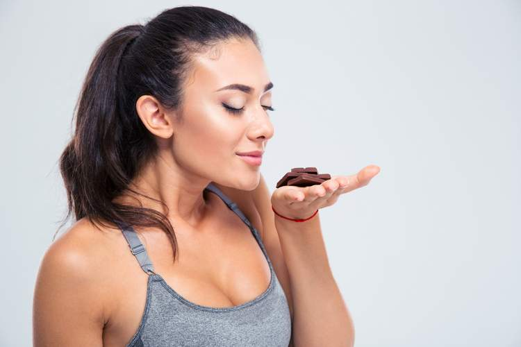 You can boost your energy thanks to the flavonoids in dark chocolate.